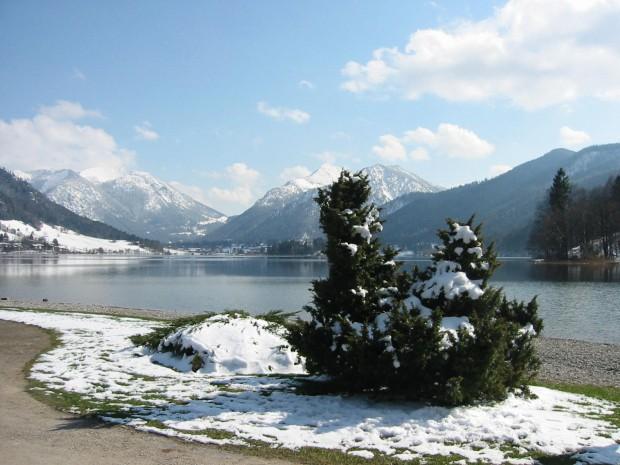 die-fruehlingsonne-laesst-den-schnee-dahin-schmelzen